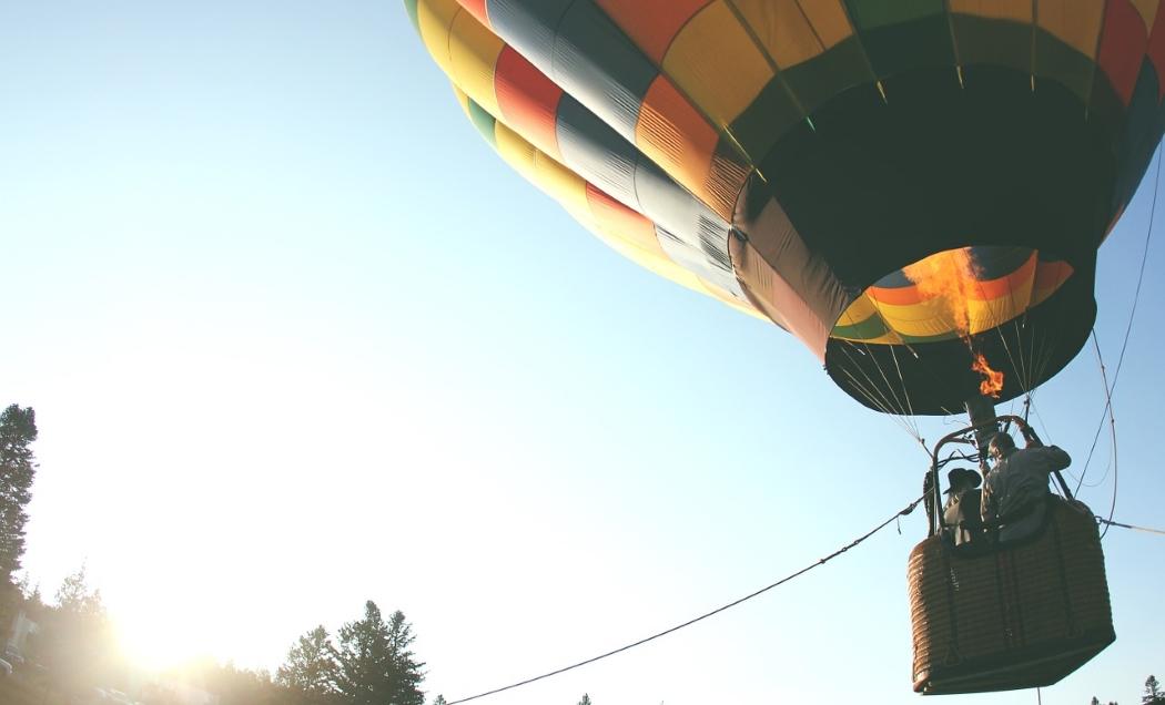 熱気球が浮上するイメージ。